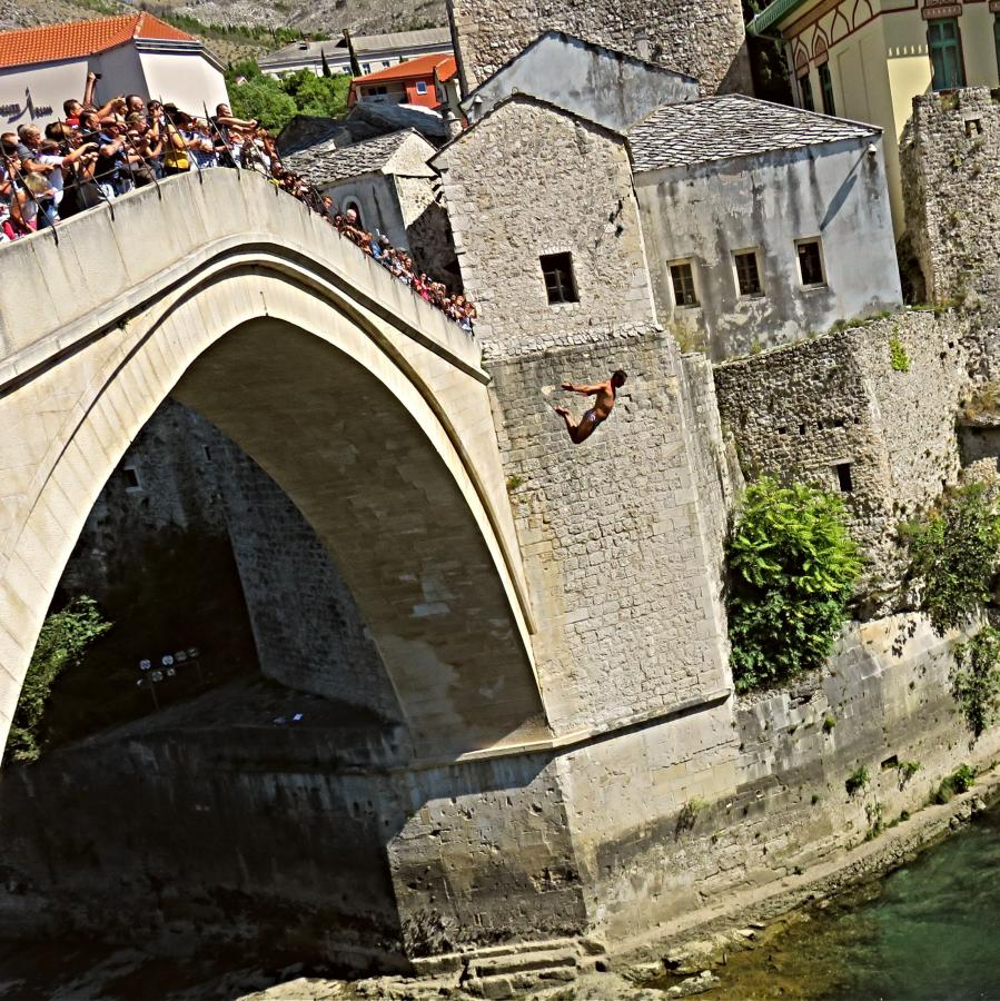 Daredevil Mostar Bridge divers