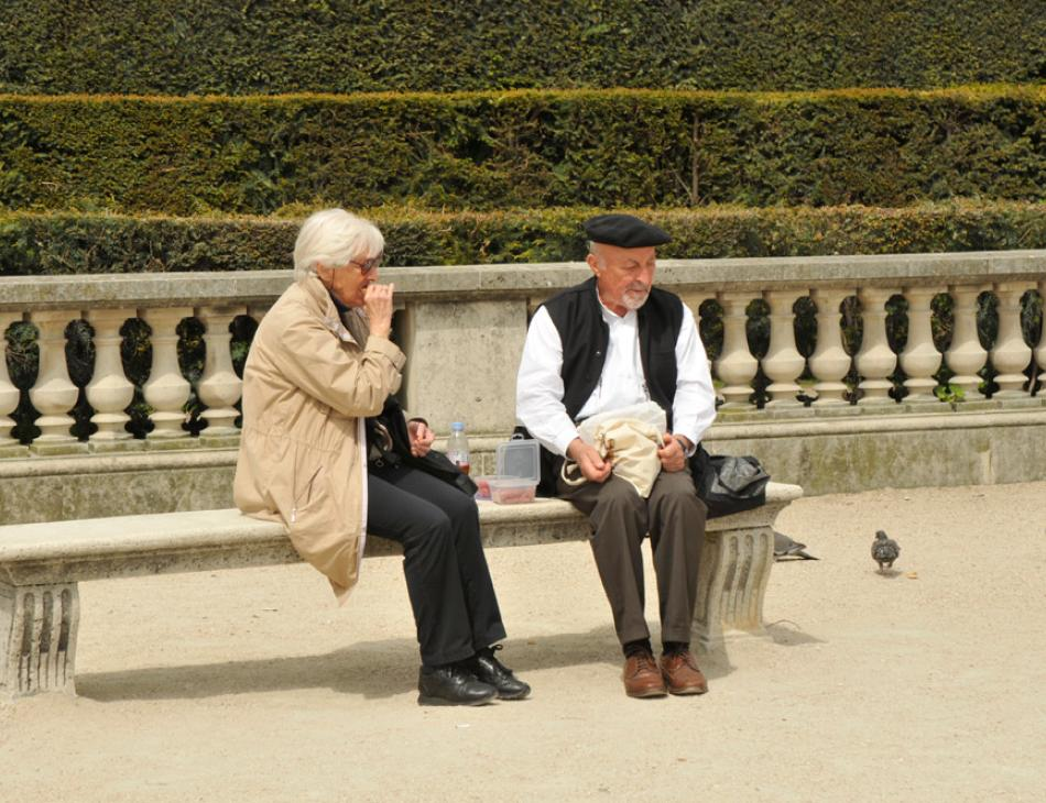 Paris Couple Jardins des Tuileries